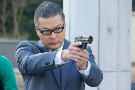 【画像】警官が刃物持って迫るキチ●イを撃つ理由と足を狙わない理由がこれ
