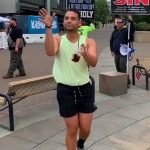 【悲報】ゲイ差別団体の前で、ゲイがとんでもないダンスを披露wwww