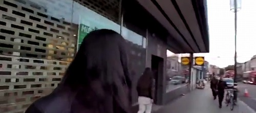 【動画あり】アジア人女性、イギリスで殴られつり目ポーズされる