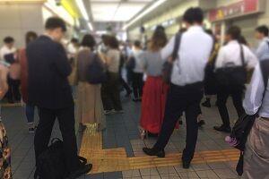 駅や街でどれだけ混雑していても男が女性にぶつかったら女性差別。男は女性に気を使い避けて歩くべき